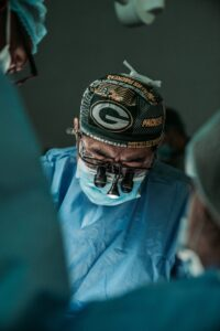 doctor-doing-surgery